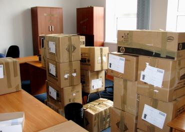 Упаковка офисных вещей в коробки